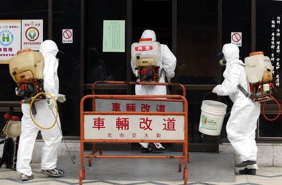 全台抗SARS時期,到處都能看到消毒的場面,盼能夠有效控制疫情。(黃國書攝)