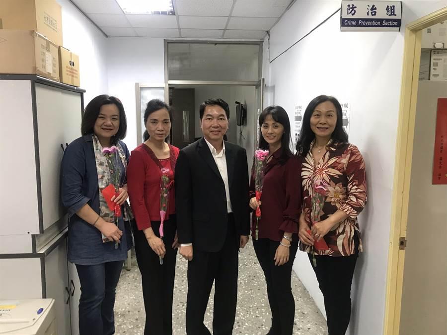 新北市警永和分局長謝宗宏有感於母親節將至,對身兼媽媽的30位女性同仁表達祝福與感謝。(葉書宏翻攝)
