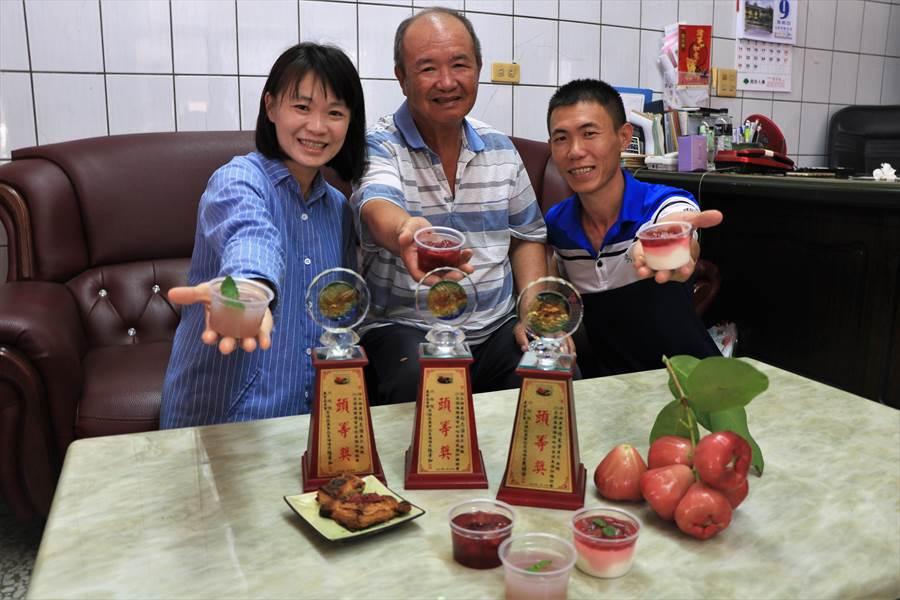 楊采靜(左)在父親與弟弟的協助下,不僅榮獲今年全國蓮霧大賽頭等獎,還顛覆大家對傳統蔬果加工的印象,將也能賣得好價錢的「裂果」製成果醬、果凍、奶酪等,成功替蓮霧另覓新出路。(謝佳潾攝)