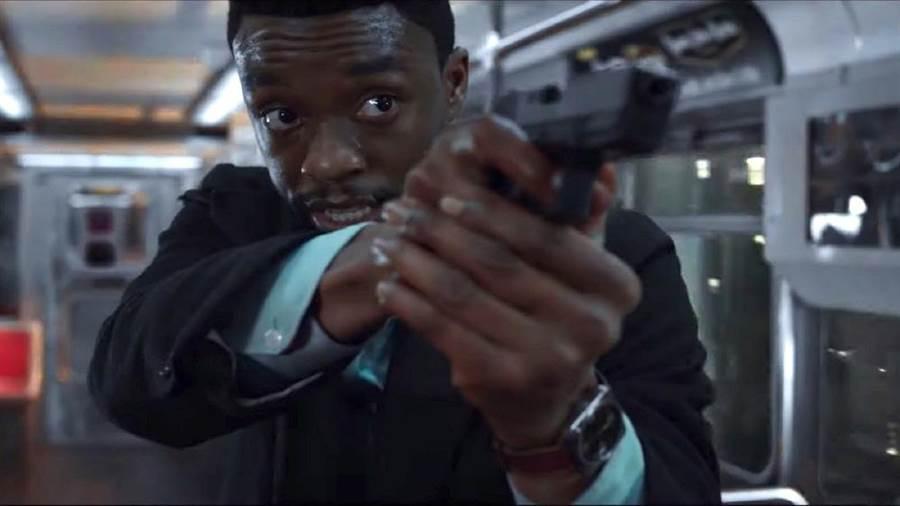查德維克博斯曼飾演紐約警探。(擷取自預告)