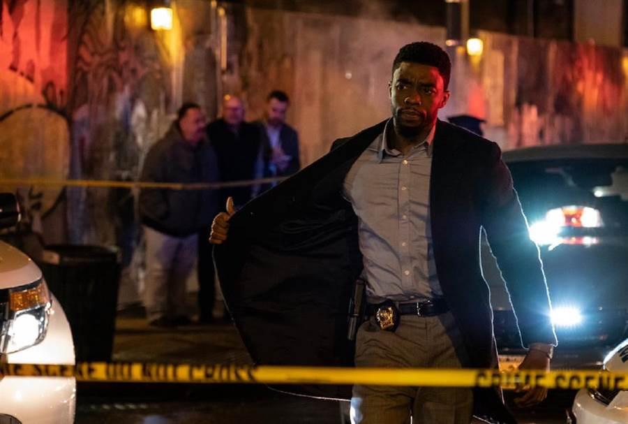 查德維克博斯曼飾演紐約警探。(CatchPlay提供)