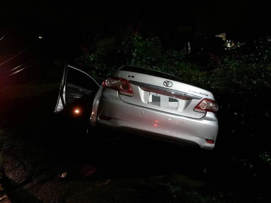 基隆市仁愛區劉銘傳路今晚發生開車撞死人事件,肇事車輛卡在宮廟前邊坡上,車上的人逃逸無蹤。(張穎齊翻攝)