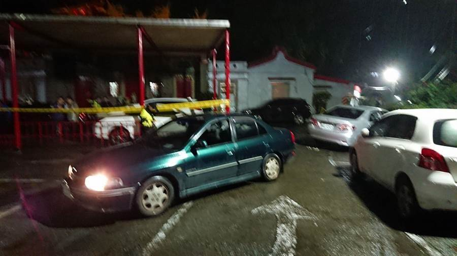 基隆市仁愛區劉銘傳路今晚發生開車撞死人事件,墨綠色轎車被追撞後,車主隨後被撞死。(張穎齊攝)