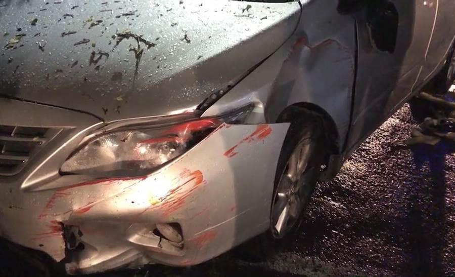 基隆市仁愛區劉銘傳路今晚發生開車撞死人事件,肇事的銀色轎車停放在宮廟花圃前,車上的人逃逸無蹤,車頭有撞擊痕跡。(張穎齊翻攝)