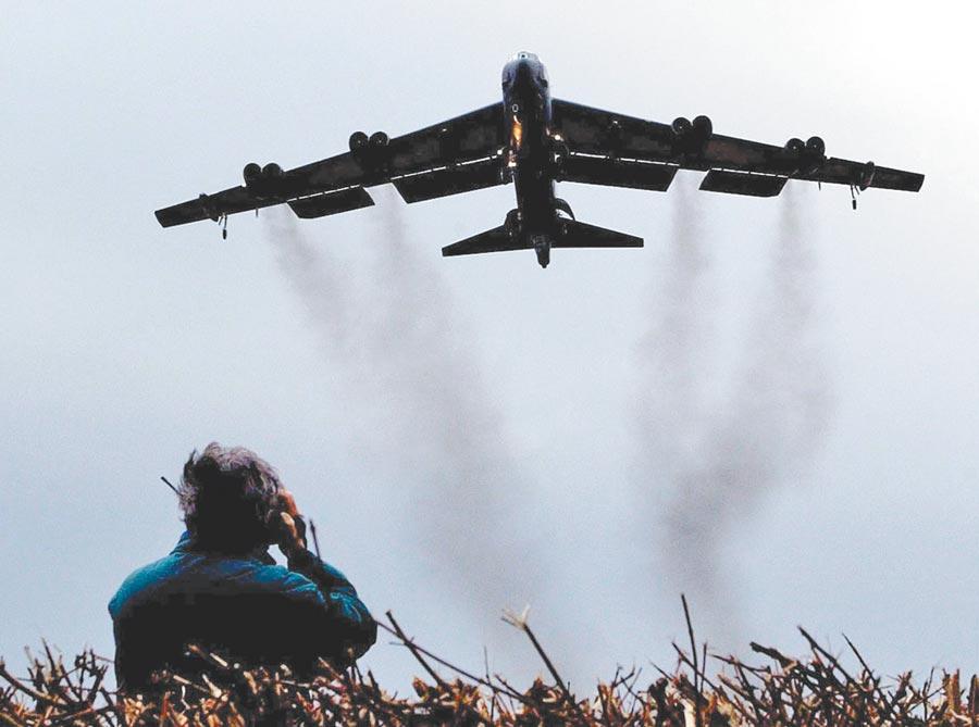 戰雲密布!美國除派遣航母戰鬥群赴波斯灣,還公布B52戰略轟炸機已經前往波斯灣。伊朗毫不示弱,也向波灣部署飛彈。(法新社)