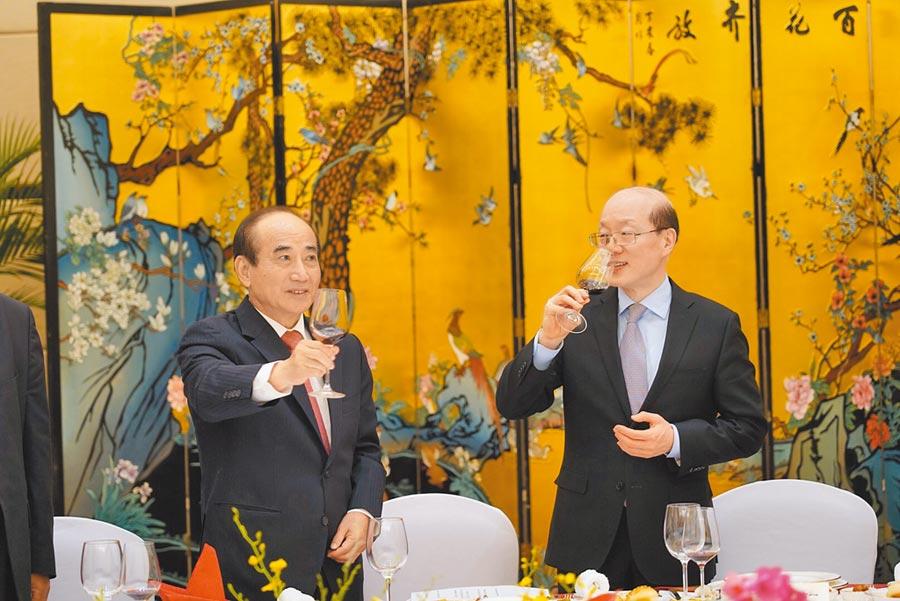 前立法院長王金平(左)8日在廈門與大陸國台辦主任劉結一(右)會面並共進午宴。(王金平辦公室提供)