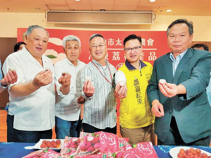 大果大阪青果株式會社部長北畑良二(中),當場試吃冷凍荔枝,為之驚艷,希望這趟台灣行,能把好吃的荔枝帶回日本。(張妍溱攝)