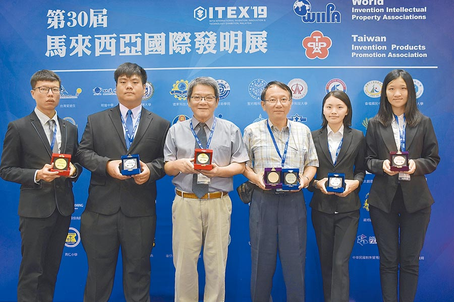 修平科技大學參加馬來西亞發明展,奪下2金、3銀、1銅及3個特別獎,表現大放異彩。(林欣儀攝)