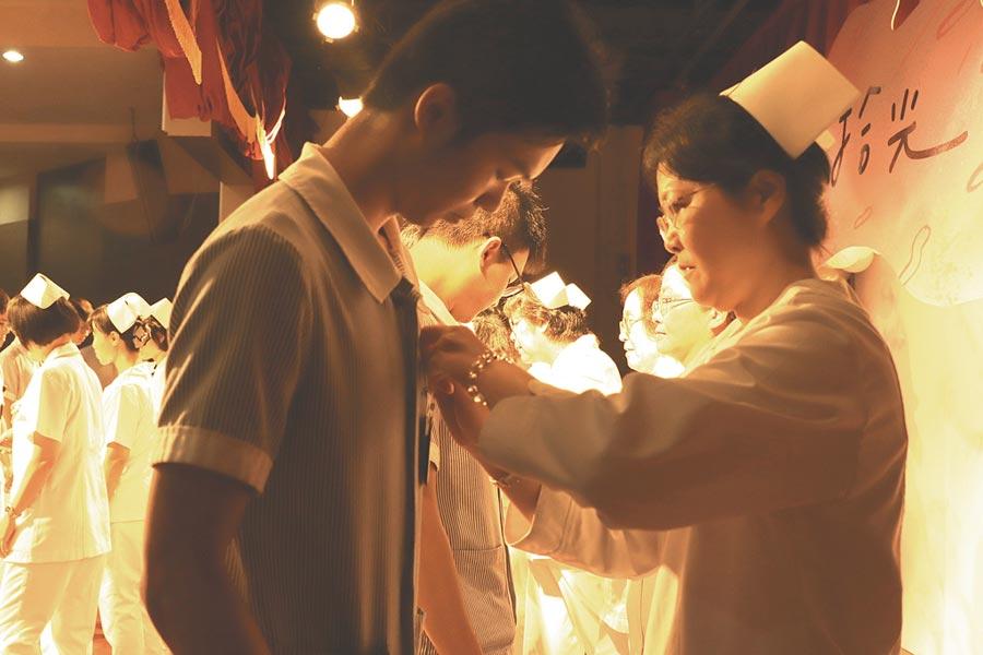 中華醫事科大護理系加冠典禮,332名學子宣誓成為南丁格爾,其中男護生高達64人,創下華醫最多一屆。(曹婷婷攝)
