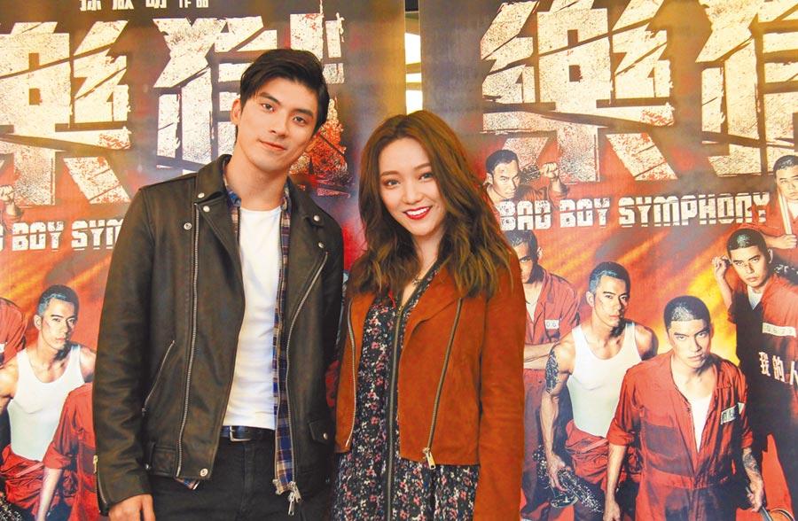 林哲熹(左)跟閻奕格昨一起看試片並分享電影趣事。