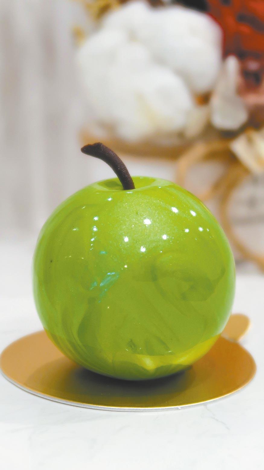 「蒔蘿蘋果」內層以香甜酒、蒔蘿等混拌過的蘋果丁加上蘋果凝乳,整體帶有清酸味,320元。(187巷的法式咖啡店提供)(飲酒過量有礙健康)