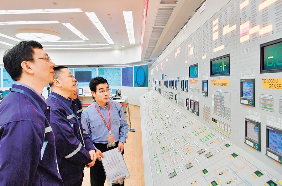 大陸考慮讓智財權入法。圖為4月27日,福清核電5號機組工程人員觀看調試數據。(新華社)