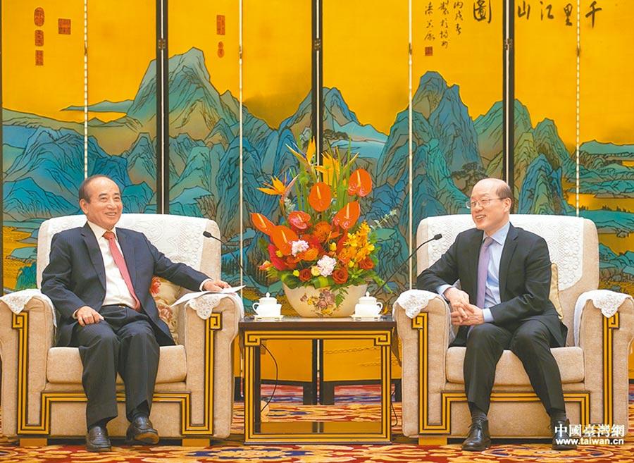 大陸國台辦主任劉結一(右)8日在廈門會見王金平(左)。(取自中國台灣網)