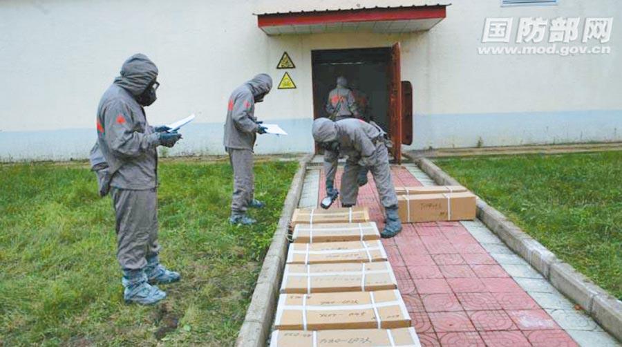 日本遺棄在大陸的化學武器,進行偵檢確認。(取自大陸國防部網)