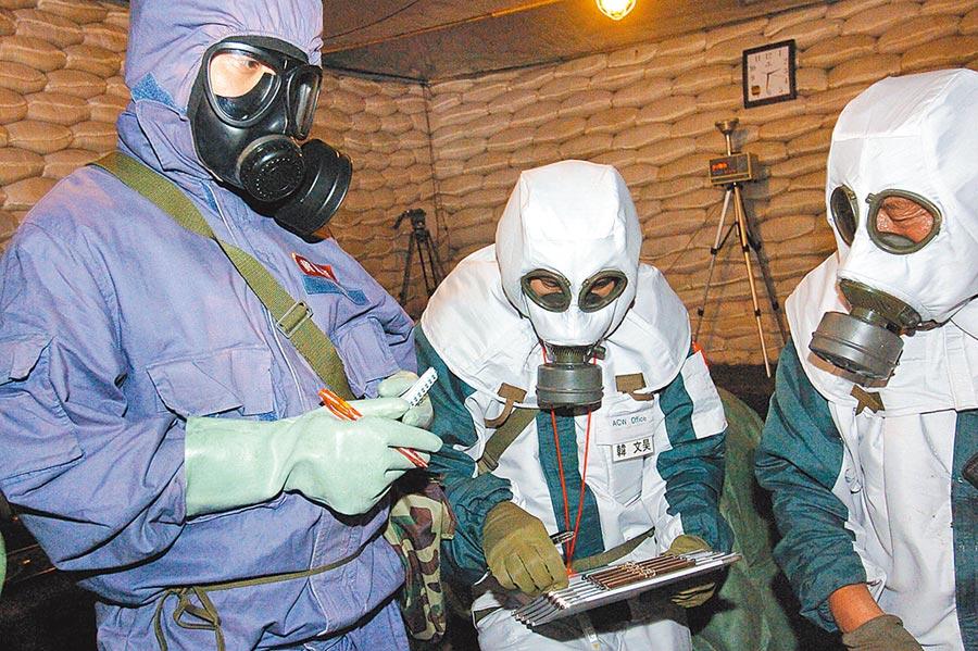 2006年7月5日,日本調查團赴大陸,對在黑龍江省寧安市發現的日本遺棄化學武器進行鑒別確認和安全化處理。(新華社)