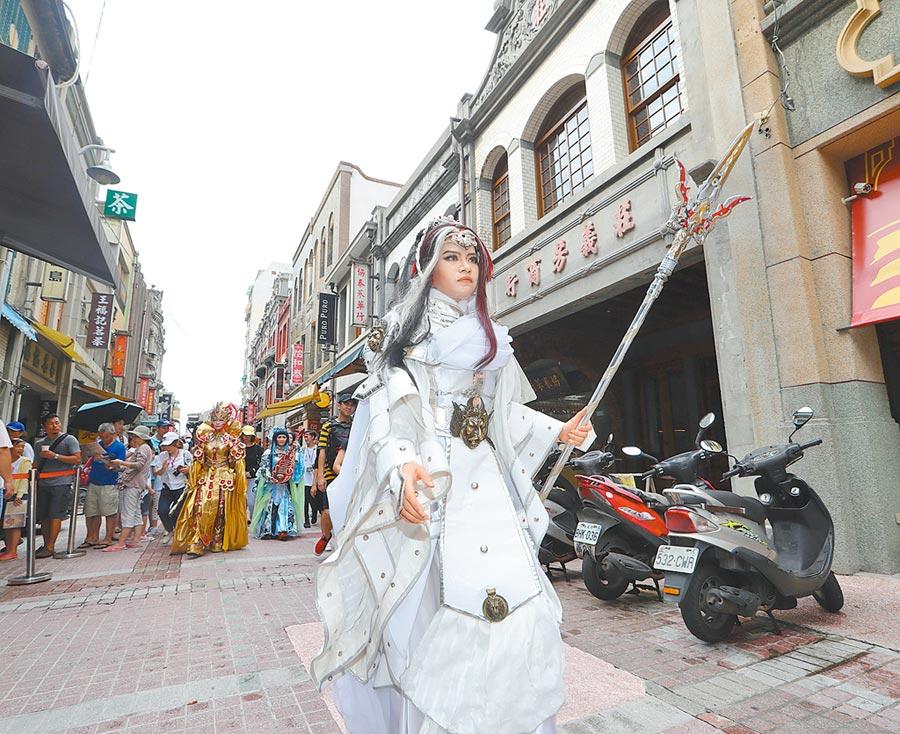 大稻埕、迪化街歷史老街建築改造,圖為布袋戲cosplay愛好者相揪逛迪化街。(本報系資料照片)