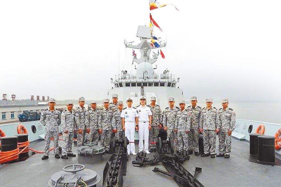 泰國官兵參觀五指山艦。