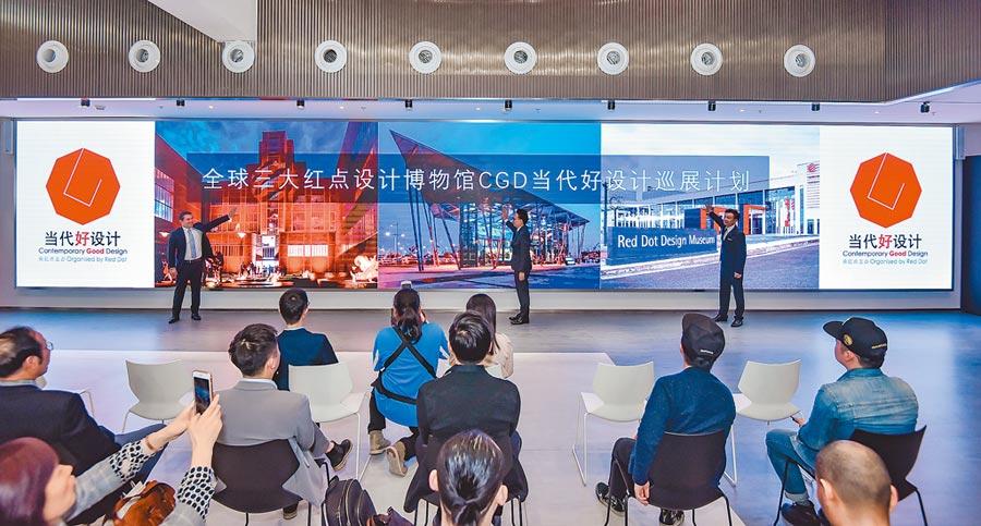 CGDCGD「當代好設計」獎全球巡展合作啟動。圖左:德國紅點獎機構新聞官Bjorn  Steinhoff先生,圖中:紅點亞洲區主席邱智堅,圖右:紅點中國區總經理石振弘。(紅點設計博物館提供)