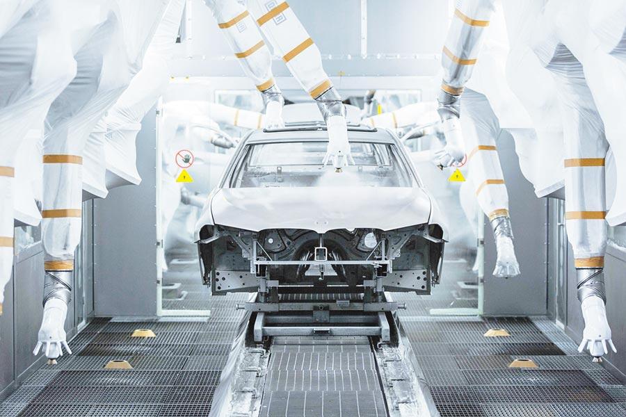 在遼寧某汽車工廠生產線,塗裝機器人為車身進行噴塗。(新華社資料照片)
