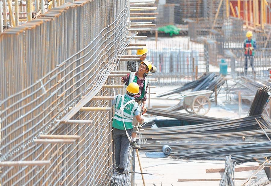 5月1日,工人在成都天府國際機場施工現場工作。(新華社)
