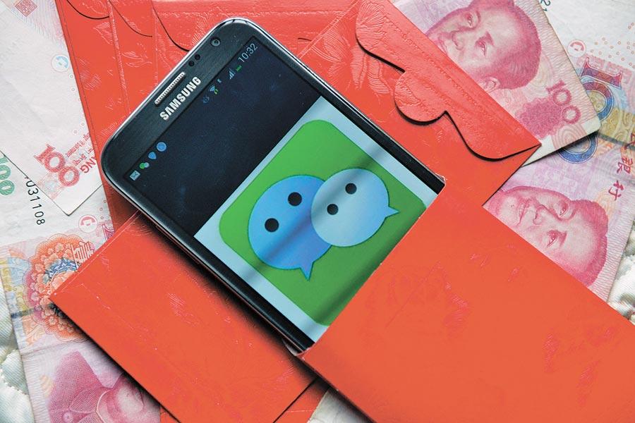 微信出現山寨版。圖為手機微信與紅包組合照。(中新社資料照片)