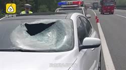 高速公路突飛鐵塊 副駕駛遭爆頭慘死