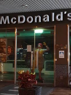 媽咪啊!這家麥當勞半夜透綠光 門口這尊好嚇人