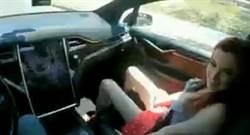 女優開自動駕駛拍激戰  影片上傳「一炮而紅」