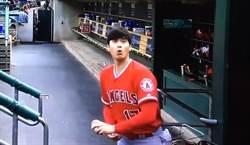 MLB》一次三顆球接不到 大谷表情超萌