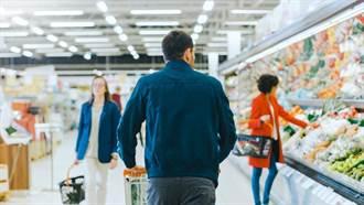 熟女推購物車逛超市 身後竟上演「老漢推車」