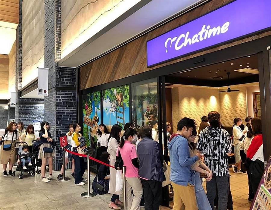 連鎖餐飲集團六角旗下主力茶飲品牌「Chatime日出茶太」今年將持續積極爭取日本市場珍珠奶茶商機,往站穩當地手搖茶品牌龍頭地位邁進。圖為西武新宿駅前店。(圖/六角國際)