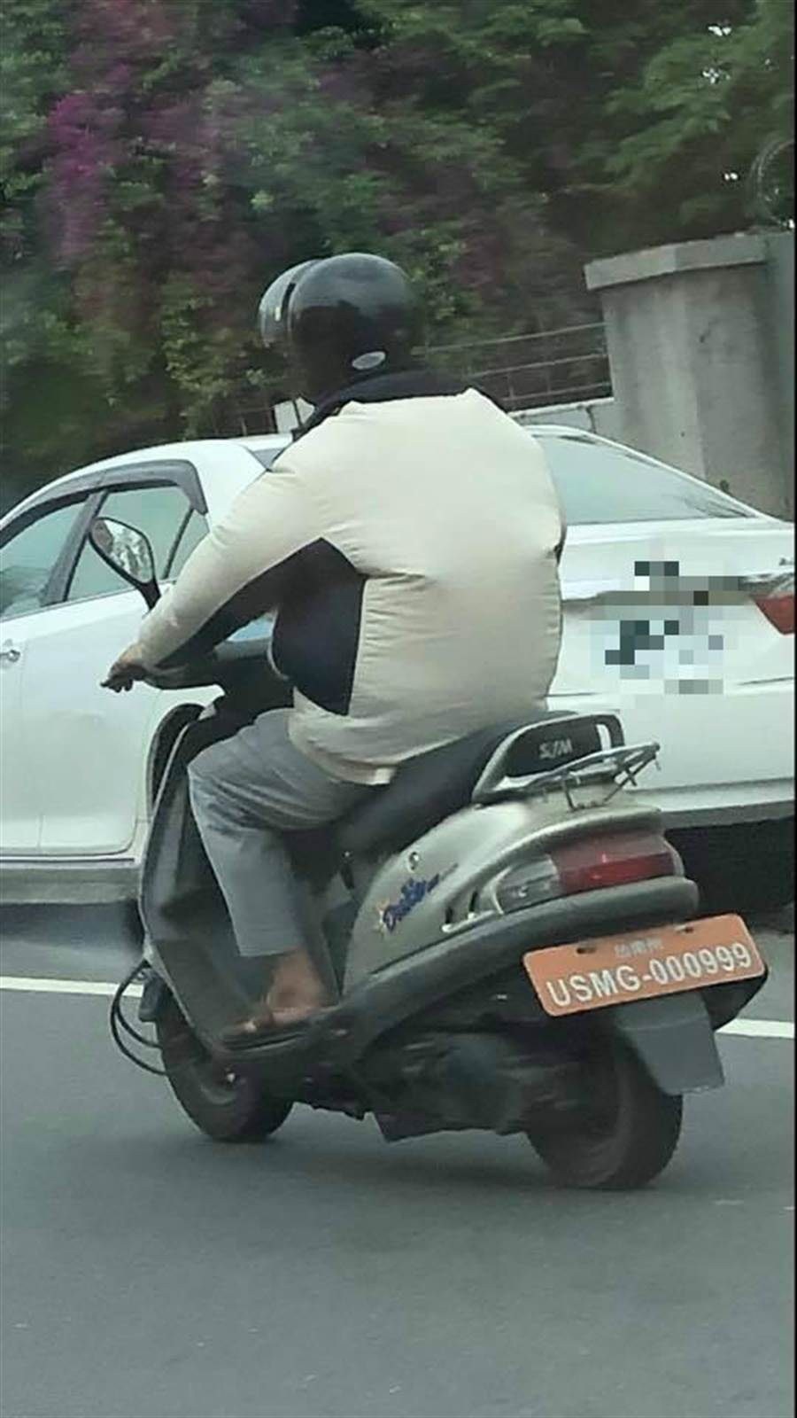 阿伯的「橘車牌」引熱議。(翻攝自臉書爆料公社)
