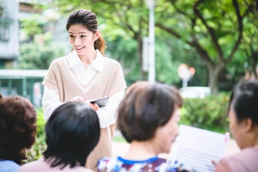 李千那飾演職業婦女。(民視提供)