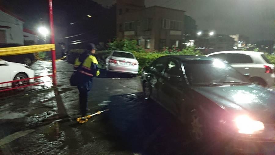 基隆市仁愛區劉銘傳路昨晚發生開車撞死人事件,墨綠色轎車被追撞後,車主隨後被撞死。(張穎齊攝)