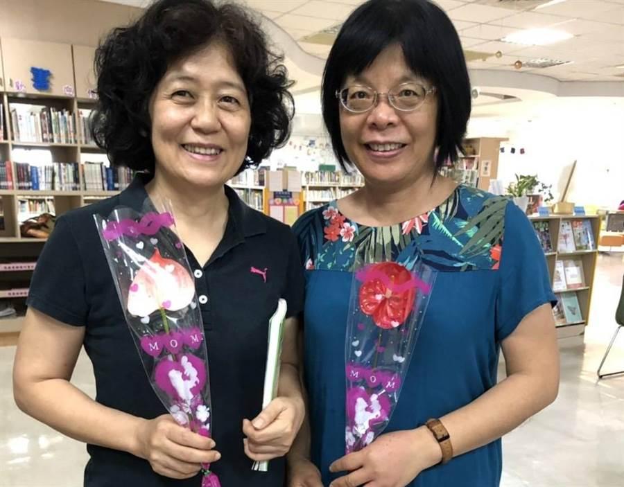 六甲區圖書館推廣閱讀,到館借閱10本書以上送1朵六甲特產火鶴花。(劉秀芬翻攝)
