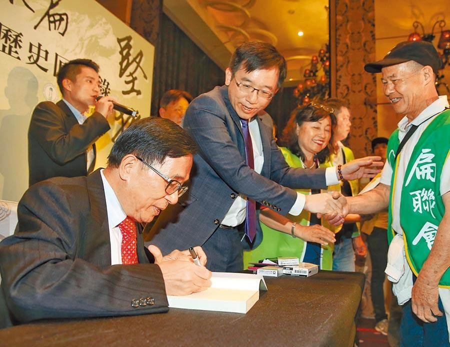 前總統陳水扁(左一)9日出席凱達格蘭基金會14周年餐會,會前在兒子陳致中(左二)陪同下先舉行新書簽名會。(王英豪攝)