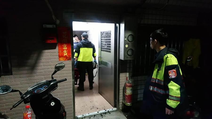 陳姓女子無故曠職2天,今天凌晨被同事發現倒臥租屋處,警方接獲報案後到場勘驗。(譚宇哲翻攝)