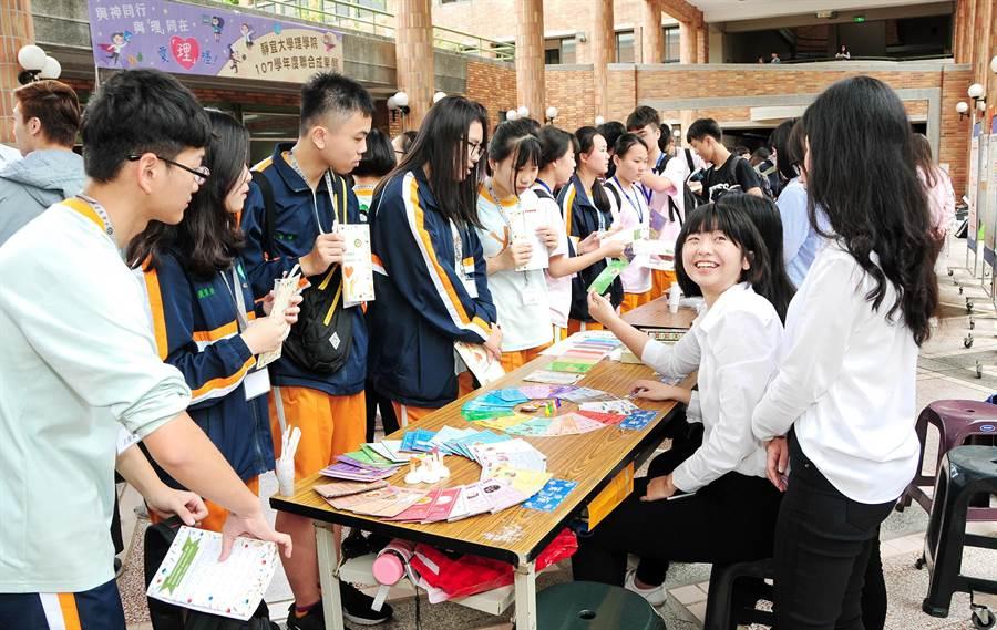 靜宜透過成果展及競賽,呈現學生四年所學及實務創意,順利銜接升學或就業。(陳世宗攝)