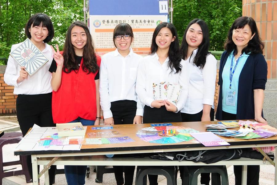學生設計「寶島美食會社」桌遊,透過遊戲介紹台灣傳統美食,也傳遞營養知識,讓長輩動手也動腦,寓教於樂。(陳世宗攝)