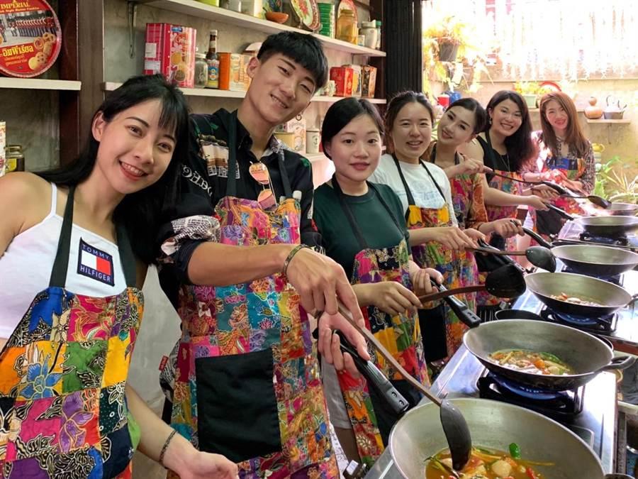 東大餐旅系碩士班師生,遠赴泰國在廚藝學校進行烹飪技巧教學。(陳淑芬翻攝)