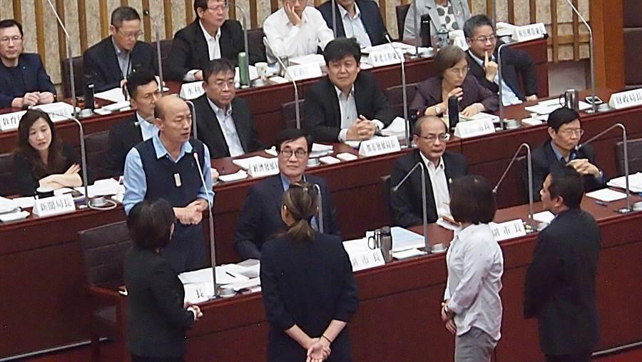 高雄巿議會9日巿政總質詢,民進黨議員質詢結束,不等巿長韓國瑜回答,上前作勢握手後,就集體離開議事廳。(曹明正攝)