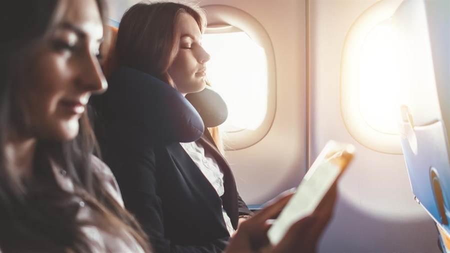 不少人會覺得靠窗座位頭部有支撐比較好睡,記者實測靠窗座位比走道座位吵。(圖/達志影像)
