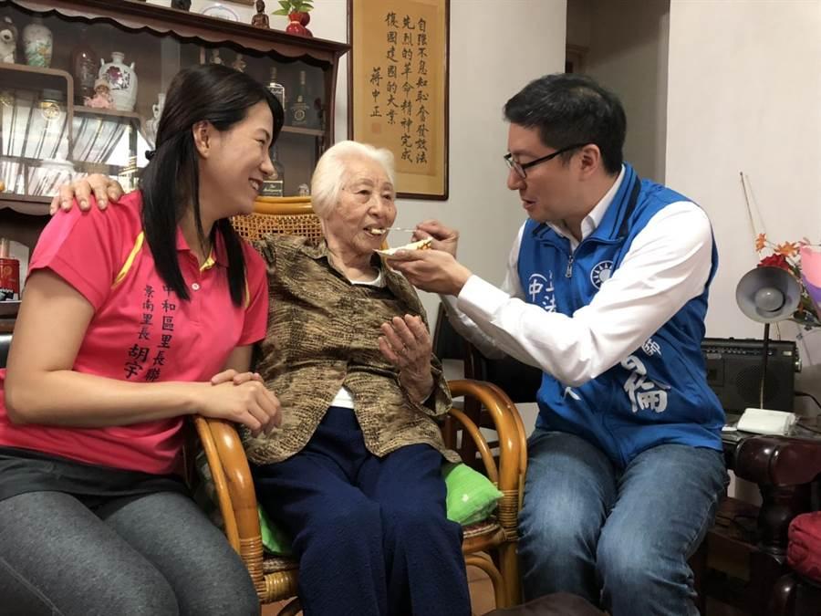 國民黨新北市立委選舉第8選區(中和)立委擬參選人張智倫餵趙奶奶吃蛋糕。(葉書宏攝)