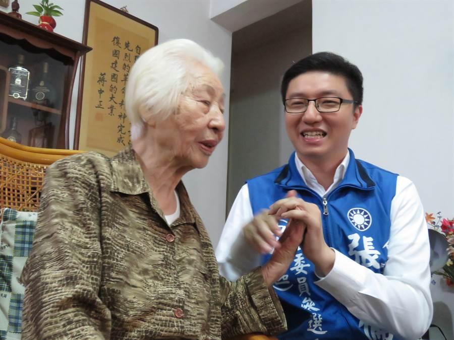 國民黨新北市立委選舉第8選區(中和)立委擬參選人張智倫陪伴趙奶奶歡度母親節。(葉書宏攝)