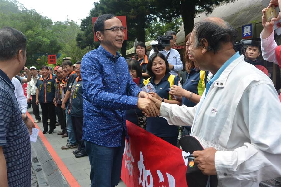 有意爭取2020總統大位的前新北市長朱立倫10日到苗栗參訪,與支持者握手寒暄。(巫靜婷攝)