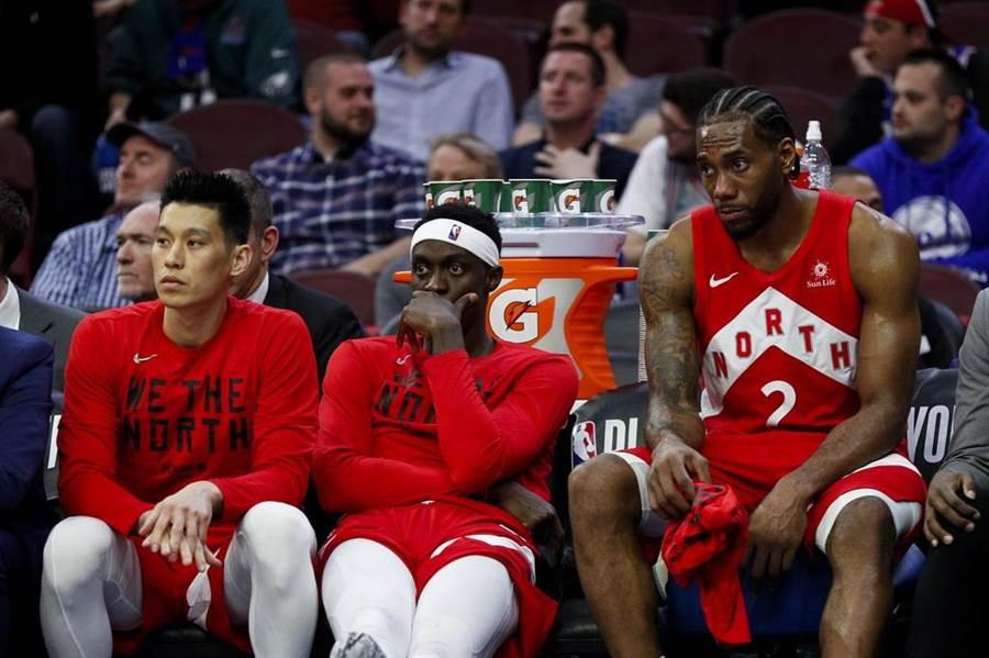 林書豪跟里歐納德(右)、席亞卡兩名隊友坐在板凳上眼見大勢已去。(美聯社)