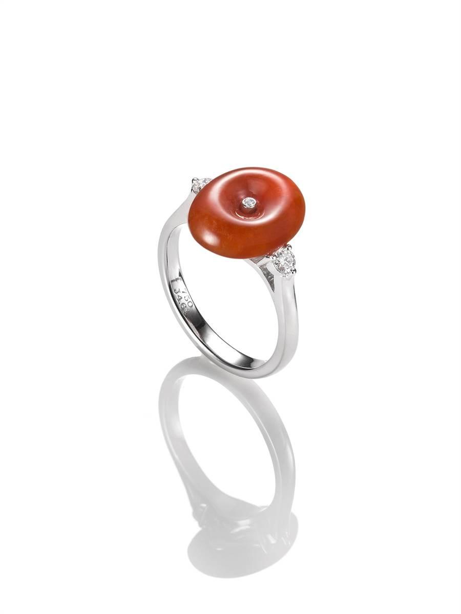玉世家古錢造型紅翡鑲鑽戒指,6萬8000元。(JADEGIA提供)