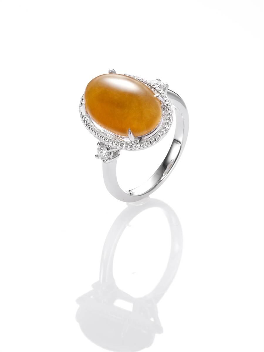 玉世家蛋面黃翡鑲鑽造型寬版戒指,15萬6000元。(JADEGIA提供)