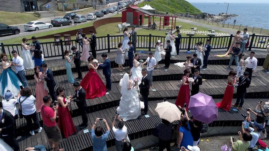 基隆市政府7月5日將在「盛世公主號」舉辦「西洋宮廷風格婚禮」,限額30對新人,圖為去年辦理的市民聯合婚禮。(基隆市政府提供)
