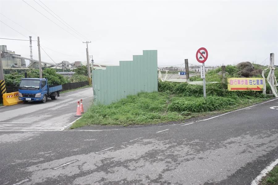 花蓮市垃圾掩埋場目前對外道路為台肥提供的既有道路(左)及禁行汽機車的自行車道(右)。(張祈攝)
